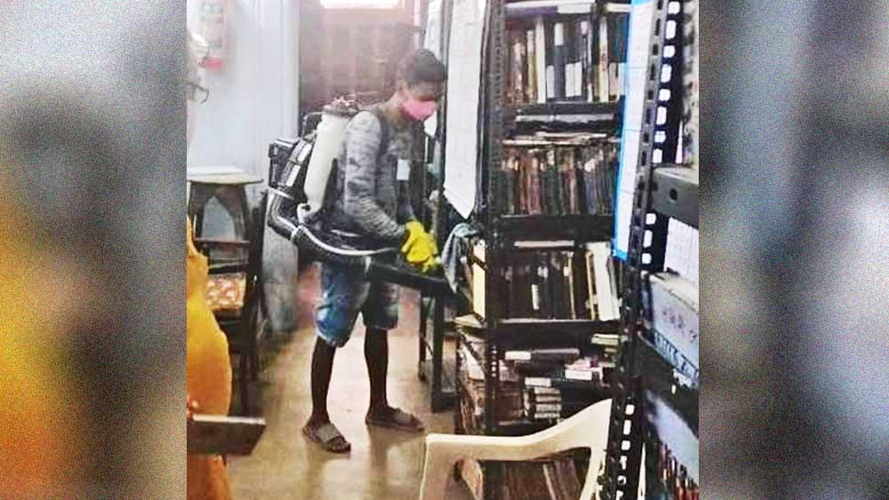 শ্রীরামপুর পাবলিক লাইব্রেরিতে ছড়ানো হচ্ছে জীবাণুনাশক। নিজস্ব চিত্র