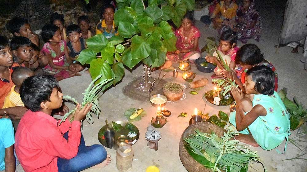 করম পুজোয় খুদেরা। শুক্রবার রাতে বান্দোয়ানে। নিজস্ব চিত্র