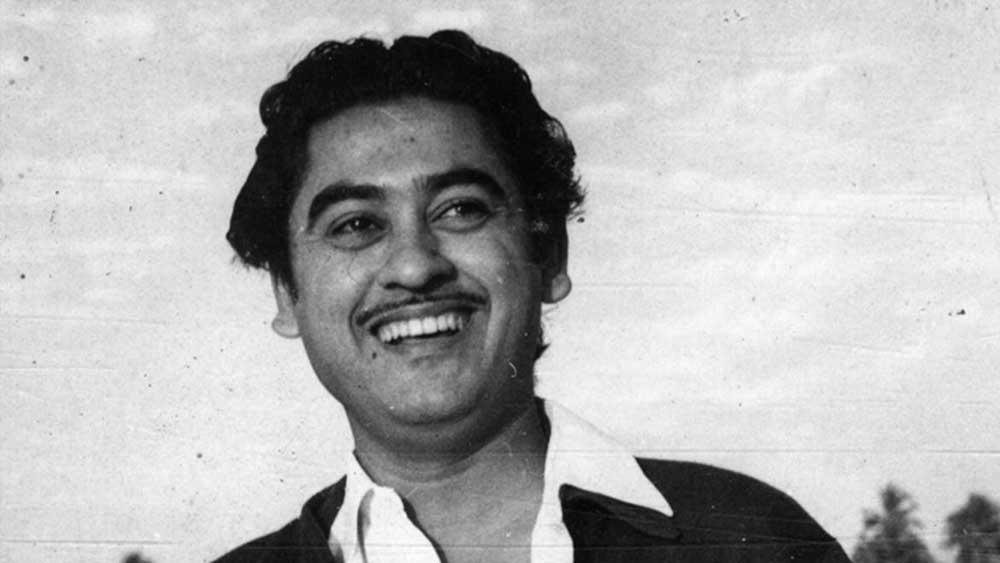 অশোককুমারের জন্মগত নাম ছিল কুমুদলাল গঙ্গোপাধ্যায় এবং অনুপকুমার ছিলেন কল্যাণকুমার গঙ্গোপাধ্যায়। দাদা অশোককুমারের ছবি 'শিকারি'-তে প্রথম বার ১৯৪৬ সালে অভিনয় করেন কিশোরকুমার। ১৯৪৮ সালে 'জিদ্দি' ছবিতে প্রথম বার প্লেব্যাক করেন তিনি।