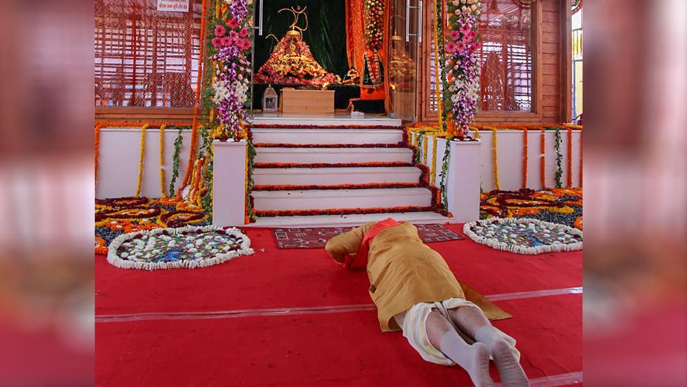 রামলালার সামনে প্রার্থনা নরেন্দ্র মোদীর। ছবি: পিটিআই