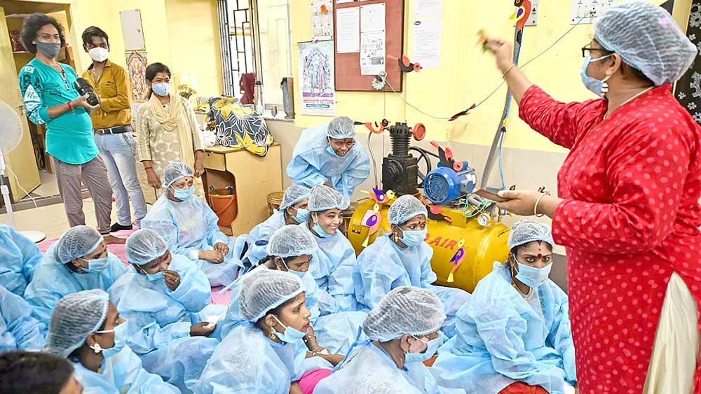 বদল: বিধি মেনে পুজোয় শামিল আবাসিকেরা। বৃহস্পতিবার, পাভলভে। ছবি: সুদীপ্ত ভৌমিক