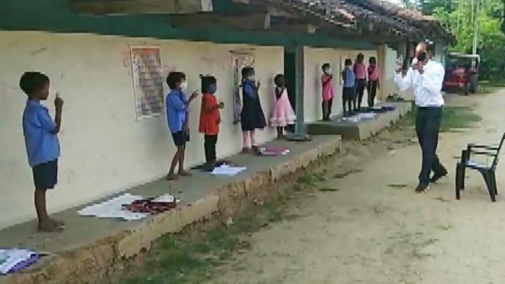 পাড়ায় পাড়ায় স্কুল চালাচ্ছেন ছত্তীসগঢ়ের স্কুলশিক্ষক রুদ্র রানা। ছবি: টুইটার থেকে নেওয়া।