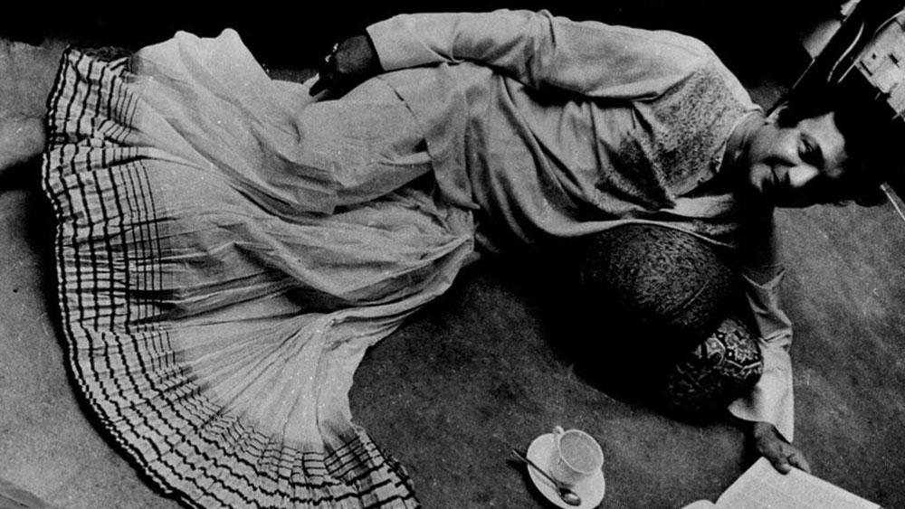সংসারে প্রবল অনটন। তাই প্রথম জীবনে পড়াশোনা শেষ না করেই সংসারের প্রয়োজনে কলকাতা পোর্ট ট্রাস্টে ক্লার্কের কাজে যোগ দিতে হয়েছিল উত্তম কুমারকে। তখনই আহিরীটোলায় নিজেদের থিয়েটার গ্রুপ 'সুহৃদ সমাজ'-এ নিয়মিত অভিনয় শুরু করেন তিনি।