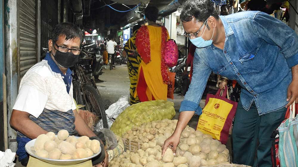 বেচাকেনা: আলু বিক্রি হচ্ছে ঘাটালের কুঠি বাজারে। নিজস্ব চিত্র