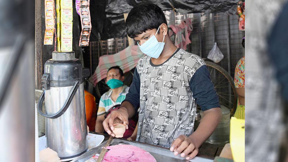 বঞ্চিত: সল্টলেক সেক্টর ফাইভের চায়ের দোকানেই এখন সময় কাটে সমর গায়েনের। ছবি: সুমন বল্লভ