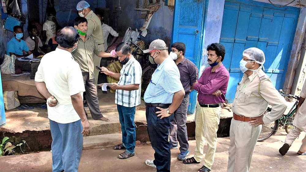 বাঁকুড়ার চকবাজারে এক পাইকারি আলু বিক্রেতার দোকানে। নিজস্ব চিত্র