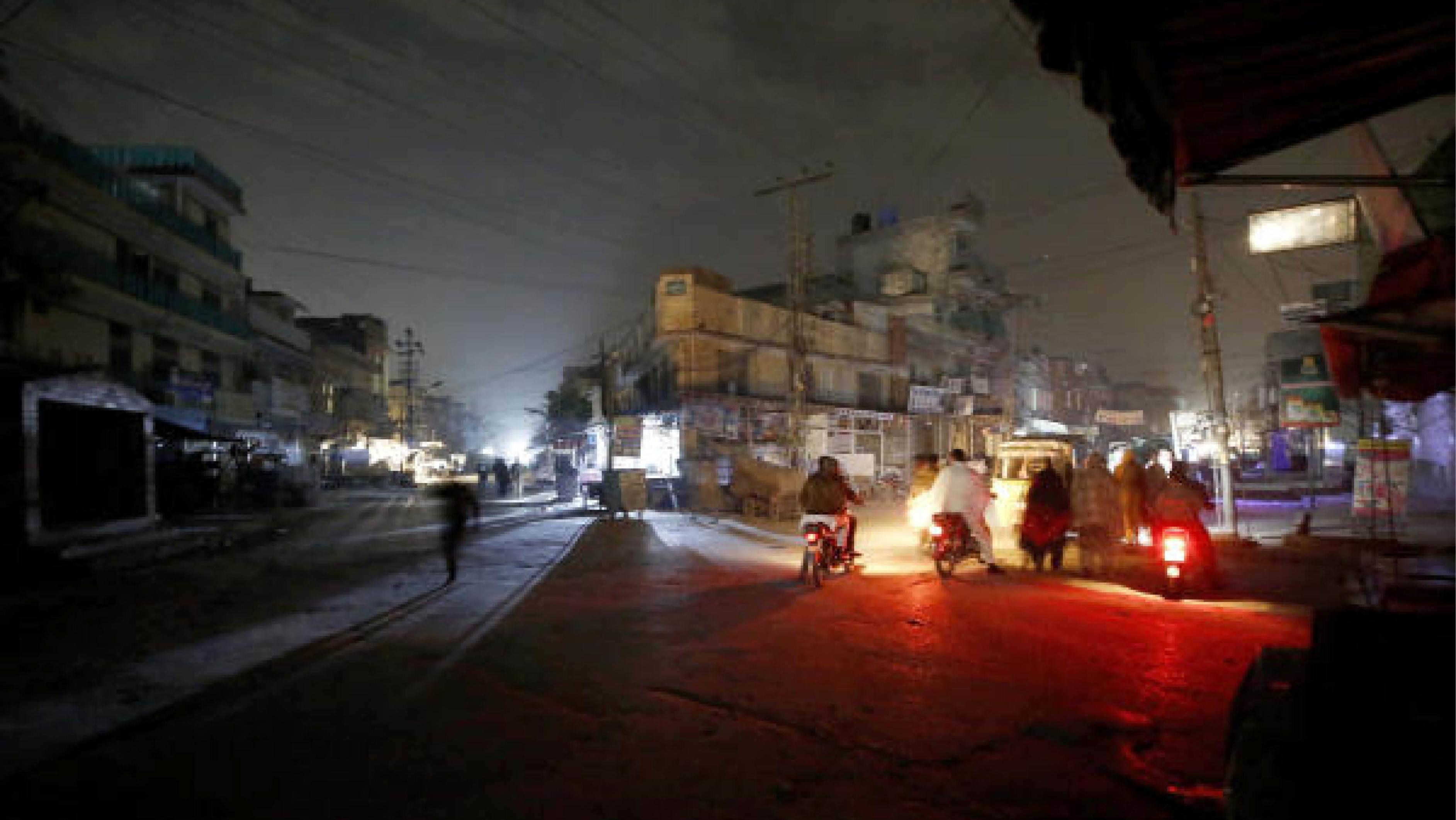 আঁধারে ডুবে পাকিস্তানের রাস্তা। ছবি: পিটিআই