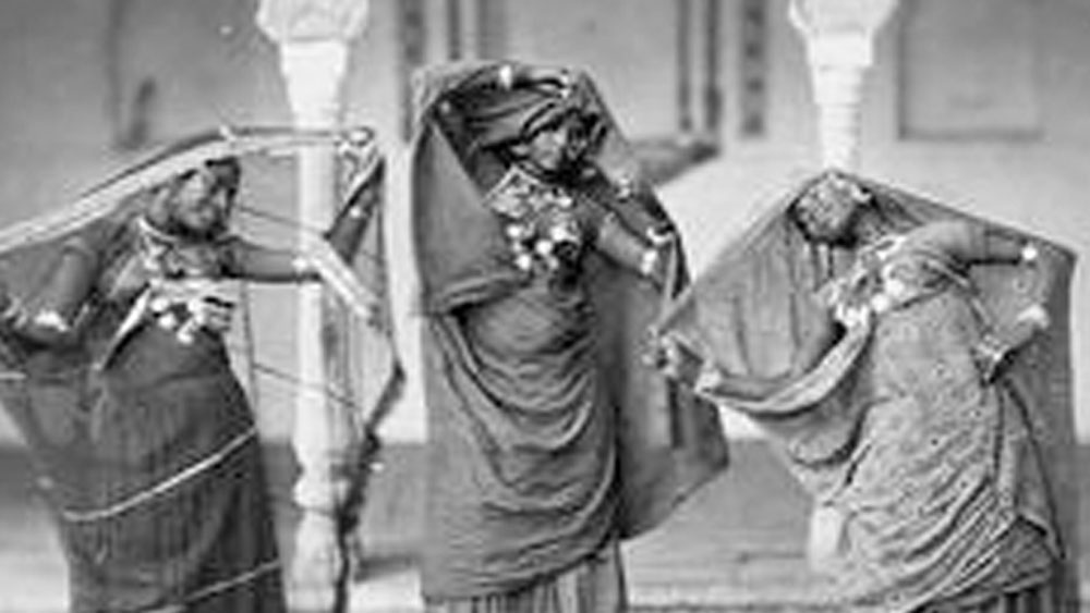 তাঁকে পছন্দ হয়ে গিয়েছিল তাঁরই দলের এর সারেঙ্গীবাদকের। তাঁর নাম ছিল মিয়াঁজান। দলীপাবাঈকে বিয়ে করেন মিয়াঁজান। তাঁদেরই একমাত্র সন্তান জদ্দনবাঈ।