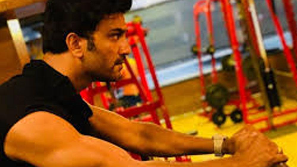 তিনি কেরিয়ার শুরু করেছিলেন জিম ট্রেনার হিসাবেই। ২০০৪ সালে তিনি গ্রাসিম মিস্টার ইন্ডিয়া প্রতিযোগিতায় অংশ নেন এবং তারপরই মডেলিংয়ে আসেন।