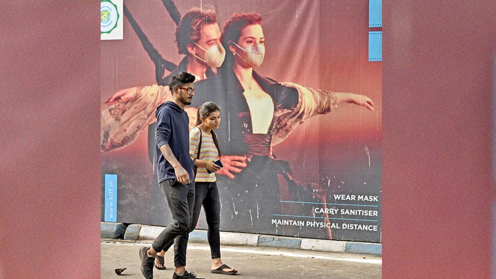 মুখ ঢেকেছে বিজ্ঞাপনের। দক্ষিণ কলকাতায়। ছবি: সুদীপ্ত ভৌমিক