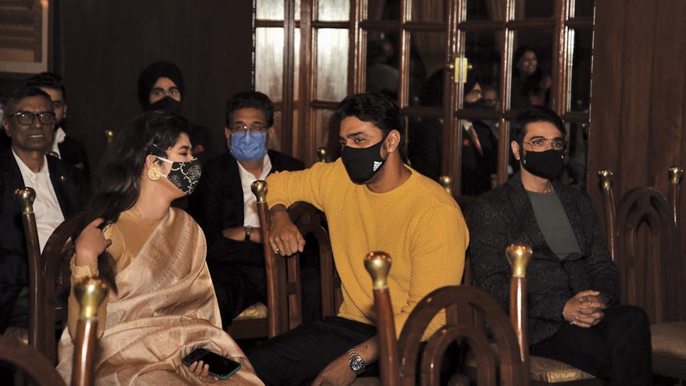 চলল 'মিট অ্যান্ড গ্রিট'। আড্ডায় মাতলেন সকলে। আমন্ত্রিতদের মধ্যে উপস্থিত ছিলেন ছবি ও টেলিভিশনের জগতের তারকা থেকে তাবড় ব্যবসায়ীরাও।