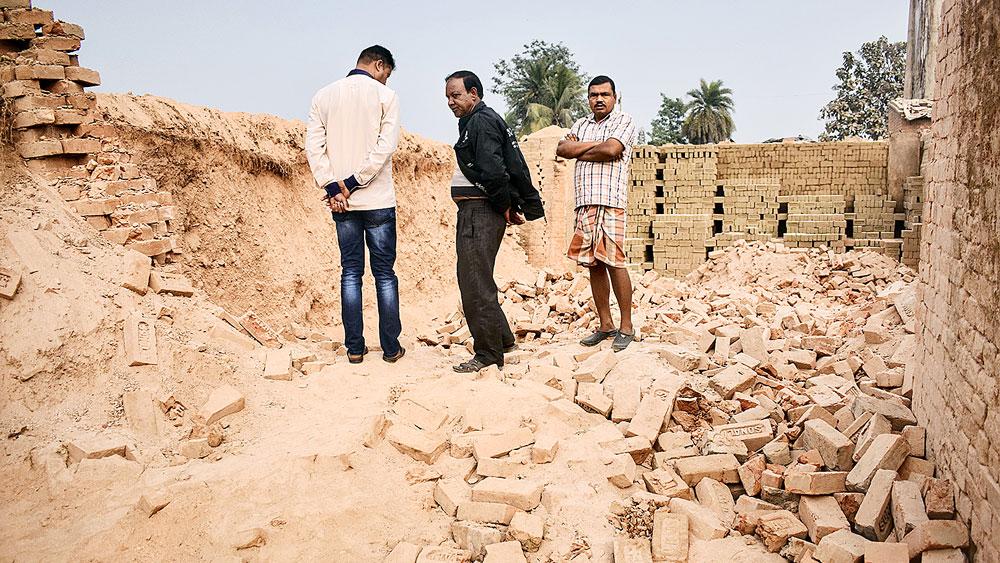 ইটভাটায় এখানেই ধসেছে দেওয়াল। রবিবার। নিজস্ব চিত্র।