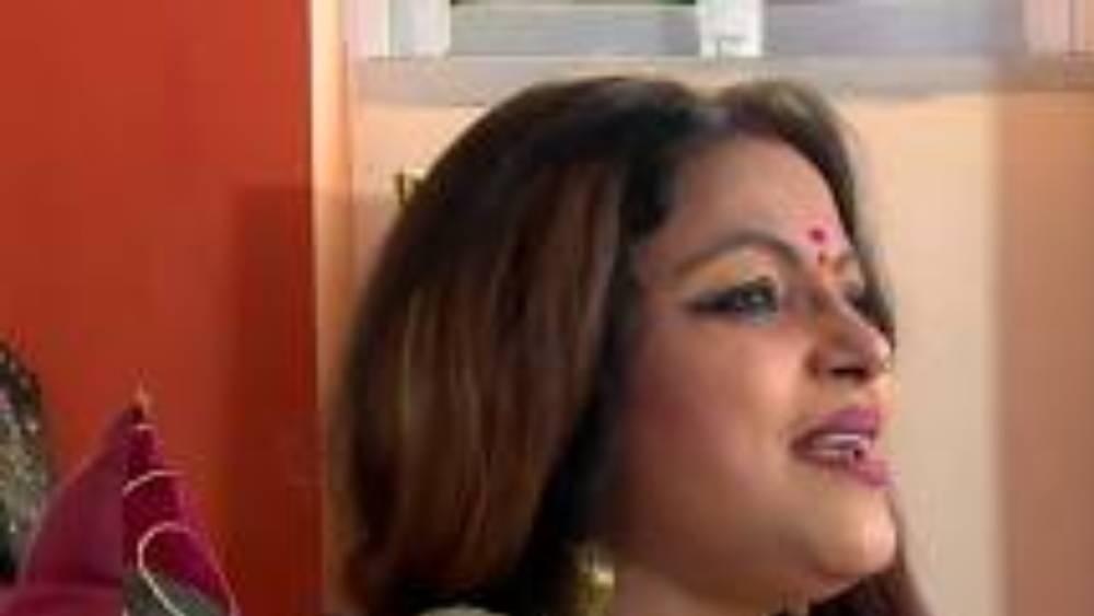 পাপিয়া থাকেন কলকাতার অঞ্জুমান আরা বেগম রো-এর এক বহুতল আবাসনে। সেখানে তাঁর ৪টি ফ্ল্যাট আছে। তাঁর স্বামীর নামে অবশ্য কোনও বসতবাড়ির উল্লেখ নেই হলফনামায়।