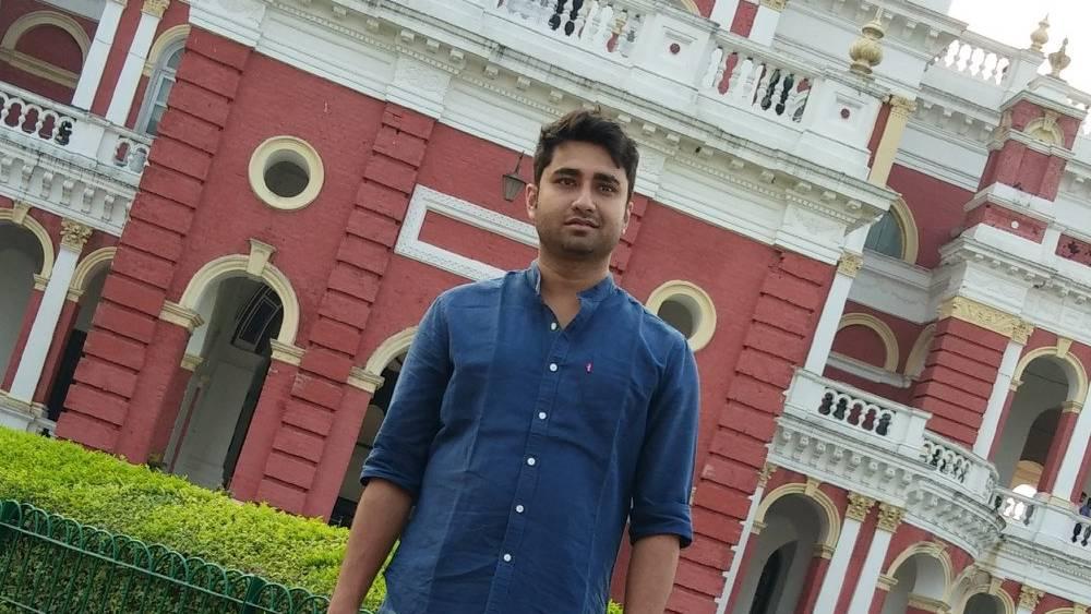 নিজেকে সমাজকর্মী এবং নেটমাধ্যমে 'কনটেন্ট ক্রিয়েটর' হিসেবে উল্লেখ করেছেন আশুতোষ কলেজের এই প্রাক্তনী।