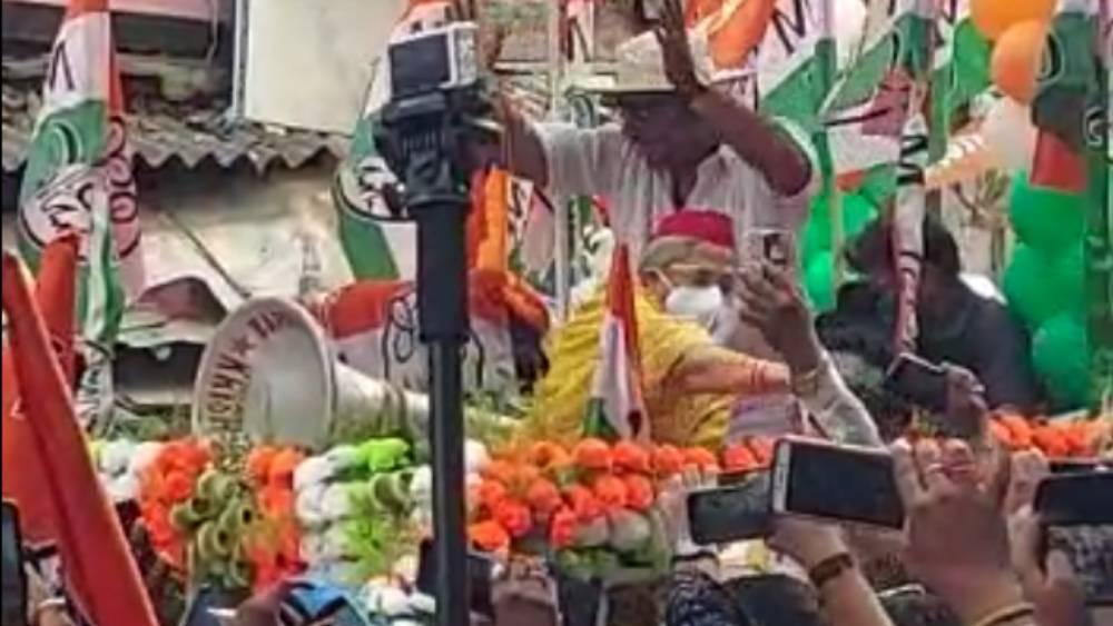 'রোড শো'-র সময় তৃণমূল সমর্থককে এ ভাবেই ধাক্কা দেওয়ার অভিযোগ জয়া বচ্চনের বিরুদ্ধে।