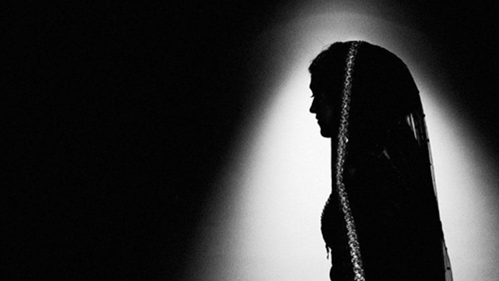 স্ত্রীকে অনেকবার বাড়ি ফিরিয়ে নিতে গিয়েছিলেন সুজিত। কিন্তু শান্তি রাজি হননি। কেন শ্বশুরবাড়ি যেতে চাইছেন না তাও প্রথমে বলতে চাইছিলেন না।
