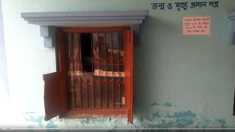 হামলায় ভাঙা অনুপনগর হাসপাতালের জানলা।