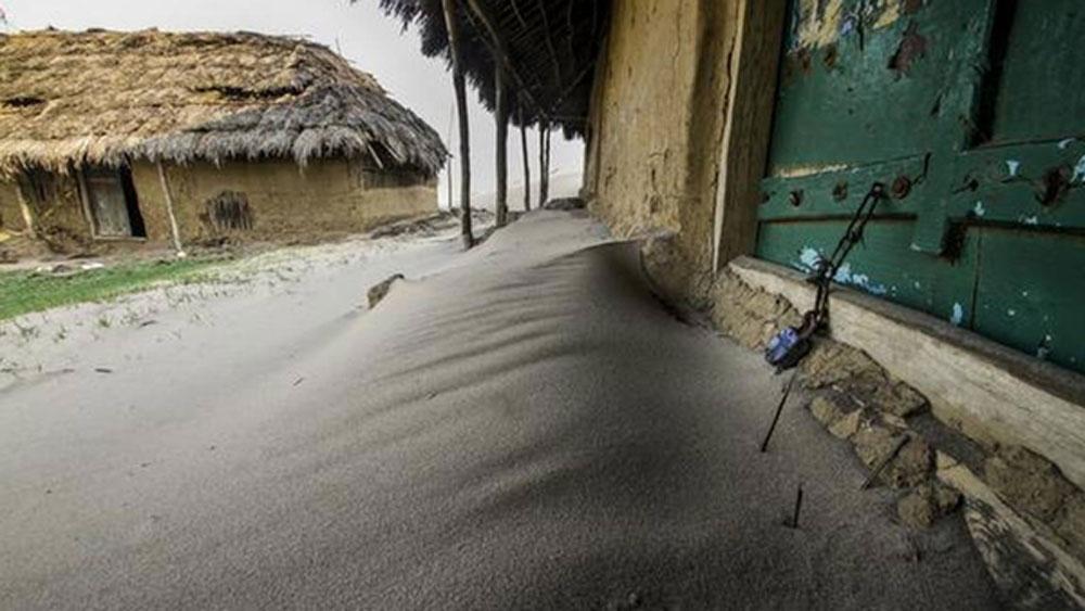 এক সময়ে ৭০০ পরিবার বাস করত গ্রামে। ২০১৮ সালে এই গ্রামের বেশির ভাগ বাসিন্দাকে পুনর্বাসন দেওয়া হয়। বহু মানুষ তাঁদের ঘরবাড়ি ছেড়ে অন্যত্র চলে যান।