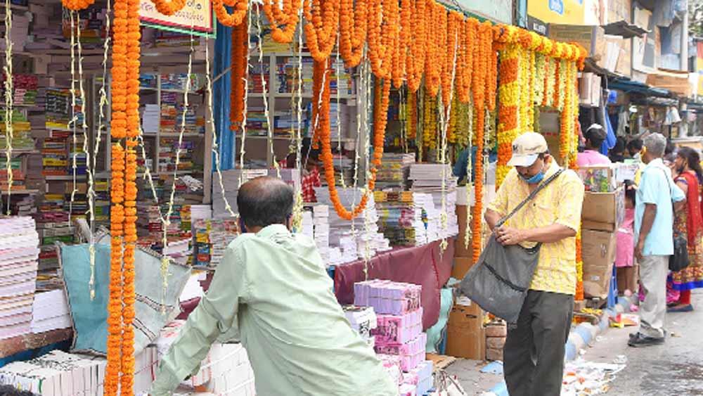 নিষ্প্রভ: নববর্ষের প্রথম দিনে ভিড় জমল না কলেজ স্ট্রিটের বইপাড়ায়।