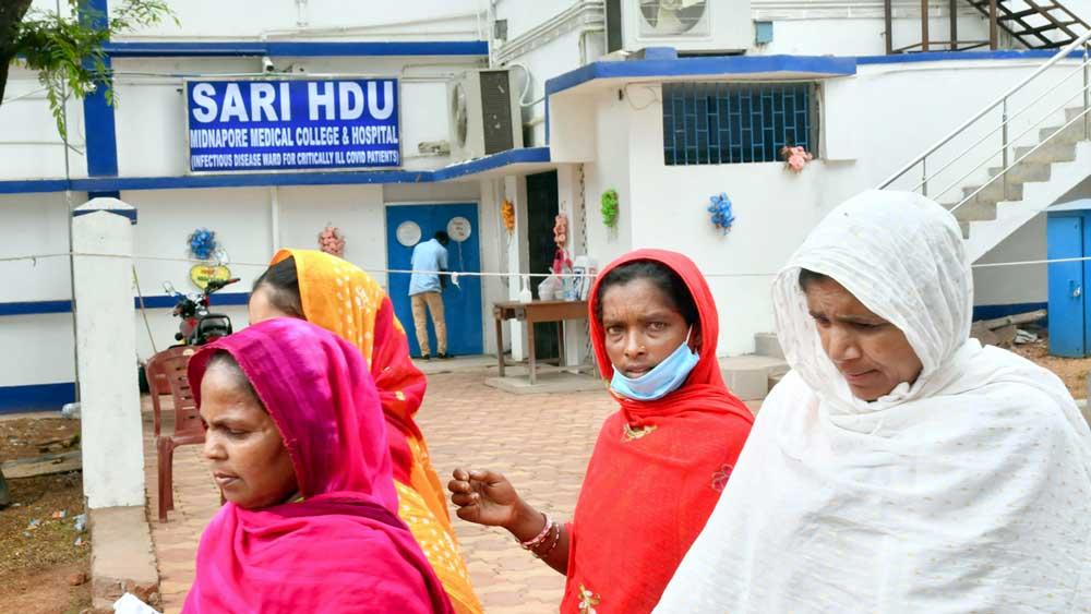 করোনা চিকিৎসার 'সারি' ওয়ার্ডের সামনেই মাস্ক ছাড়া চলাচল। মেদিনীপুর মেডিক্যাল কলেজ ও হাসপাতালে।