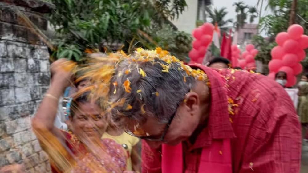 তন্ময় নিজে অবসরপ্রাপ্ত। তাঁর স্ত্রী চাকরি করেন ভারতীয় রেলে। উপার্জনের উৎস হিসেবে তন্ময় পেনশনের কথা উল্লেখ করেছেন।