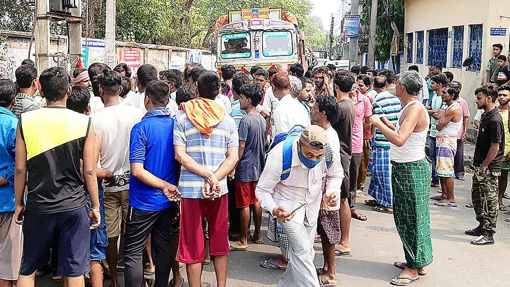 বিক্ষোভ: শ্যামনগরের ওয়েভারলি জুটমিলে শ্রমিকদের রাস্তা অবরোধ