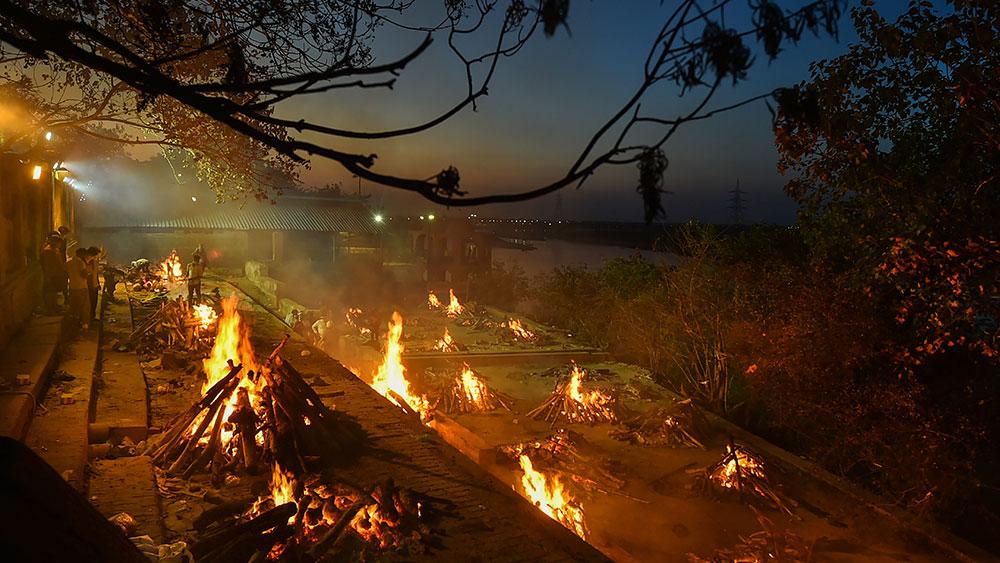 কানপুরের ভৈরবঘাট শ্মশানে জ্বলছে অসংখ্য চিতা। দাহ হচ্ছে কোভিডে মৃত রোগীদের দেহ।