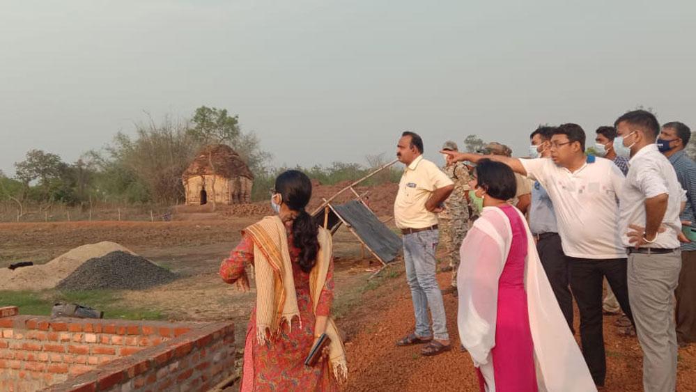 পর্যটন কেন্দ্র তৈরির কাজ খতিয়ে দেখছেন জেলা শাসক রশ্মি কোমল।