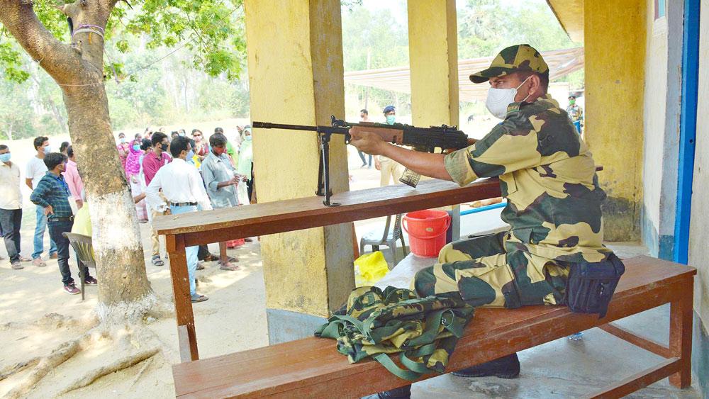 বোলপুরে একটি বুথে কেন্দ্রীয় বাহিনী।