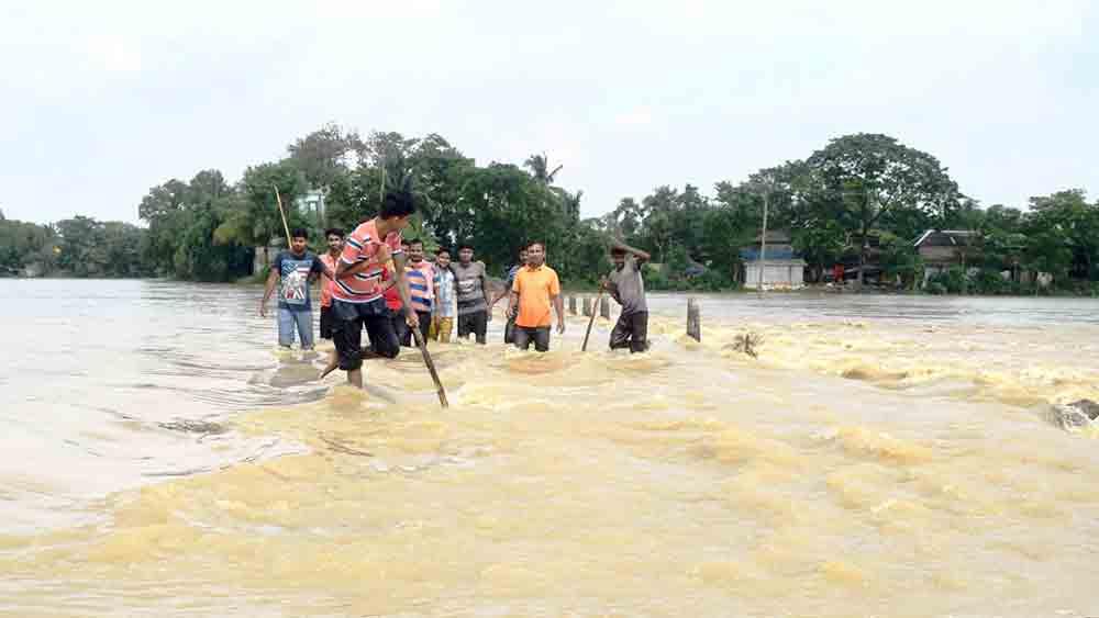 গোঘাটের দিঘড়া এলাকায় কালীপুর-বালিদেওয়ানগঞ্জ রোডে জলস্রোত।
