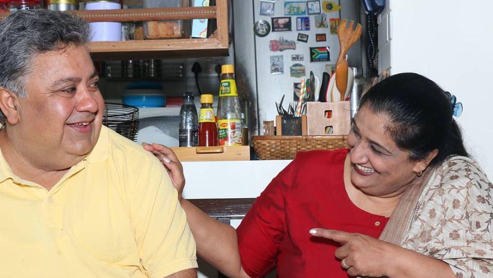 মনোজ শোনেননি। দিল্লির ন্যাশনাল পাবলিক স্কুল থেকে পাশ করার পর তিনি দিল্লির একটি থিয়েটার দলে যোগ দেন। সেখানেই পরিচয় সীমা পহবার সঙ্গে।