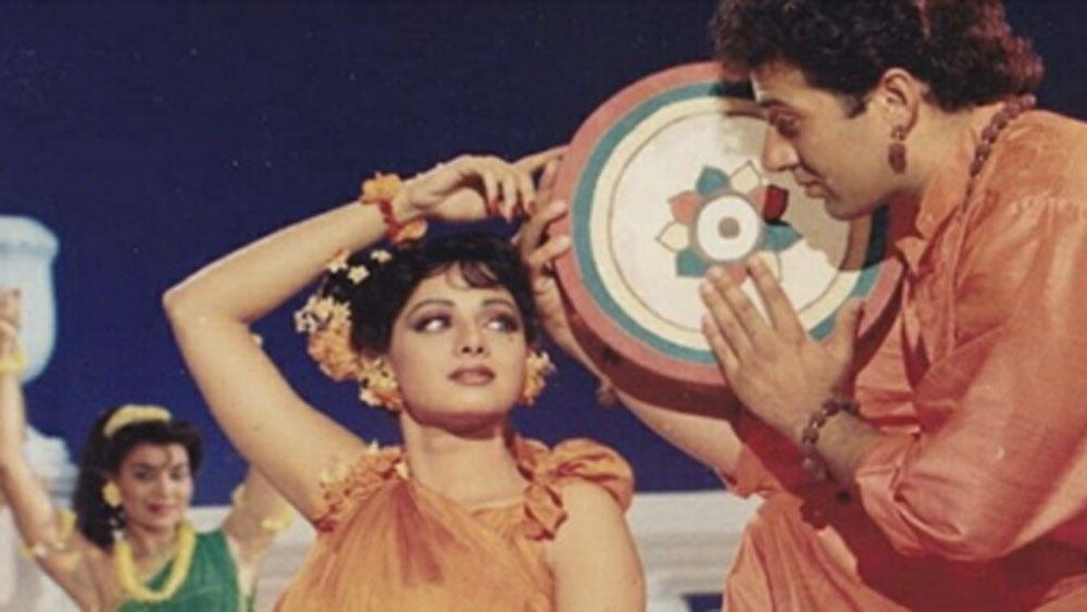 ধর্মেন্দ্র একটি ছবি বানাচ্ছিলেন। ছবির নাম ছিল 'ঘায়েল'। ছবিতে মুখ্য ভূমিকায় ছিলেন সানি। পরিচালক রাজকুমার সন্তোষি এই ছবিতেই প্রথম কাজ শুরু করেছিলেন।