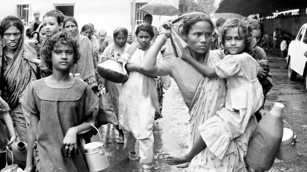 ছিন্নমূল: শিয়ালদহে বাংলাদেশি শরণার্থীরা। সেপ্টেম্বর, ১৯৯২