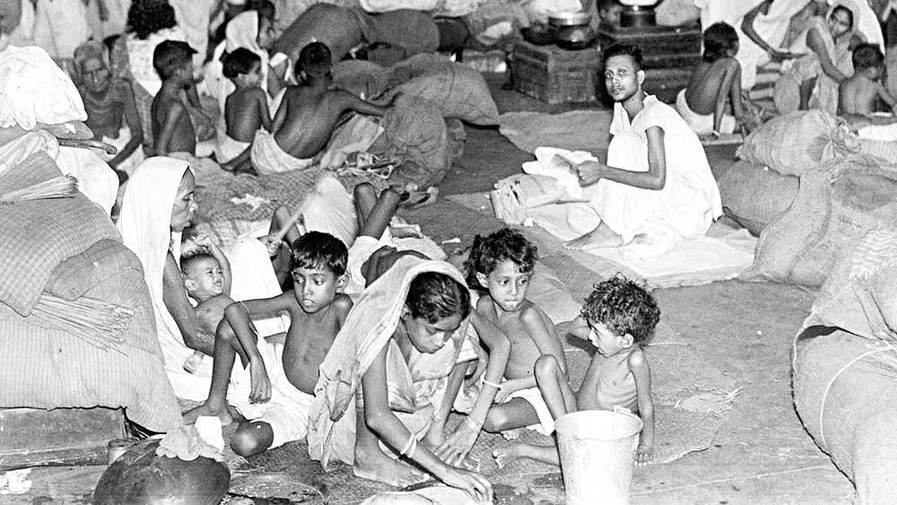 যন্ত্রণা: শিয়ালদহ স্টেশনে পূর্ব পাকিস্তান থেকে আসা উদ্বাস্তুদের ভিড়।
