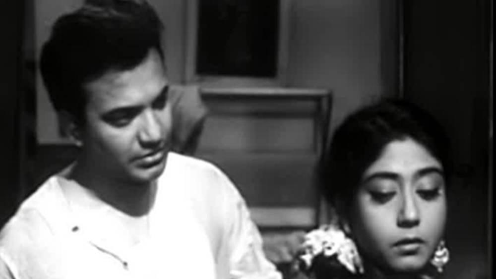 ১৯৫১ সালে প্রথম ছবিতে অভিনয় করেন সাবিত্রী। অগ্রদূত পরিচালিত সেই ছবির নাম ছিল 'সহযাত্রী'। নায়ক ছিলেন উত্তমকুমার। ছবিতে পার্শ্বনায়িকার চরিত্রে অভিনয় করেছিলেন সাবিত্রী। অভিনয়ের আগেই অবশ্য দেখেছিলেন নায়ককে। তাঁকে প্রথম বার দেখার স্মৃতি এখনও মনে অমলিন।