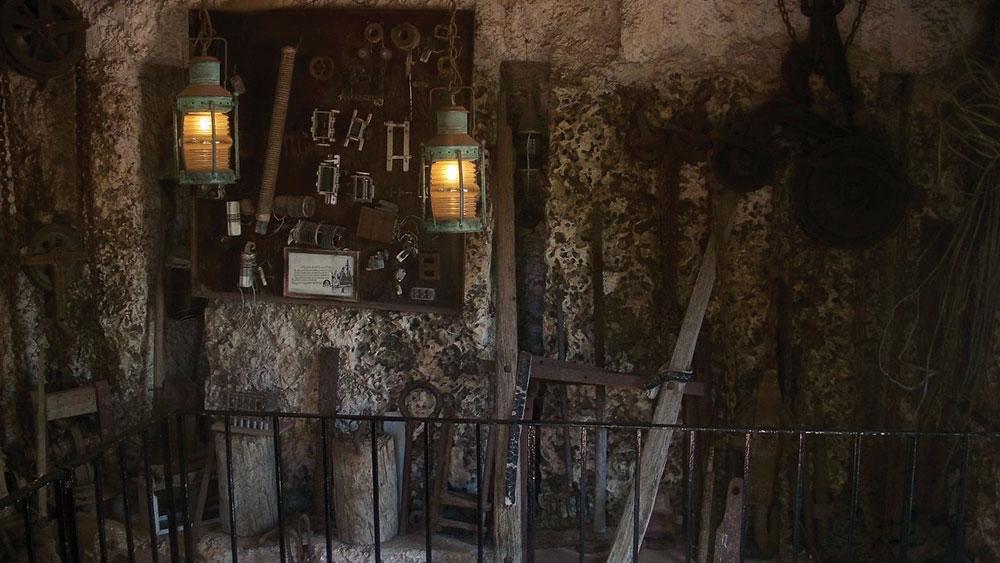১৯৮১ সালে এই প্রাসাদ একটি বেসরকারি সংস্থার কাছে বিক্রি করে দেন লেভিন। এখনও সেই সংস্থার অধীনেই আছে প্রাসাদটি। মালিকানার মতো বদলেছে নামও। 'এডস প্যালেস' থেকে 'রক গেট', 'রক গেট পার্ক' হয়ে এই স্থাপত্যের বর্তমান নাম 'কোরাল ক্যাসল'।