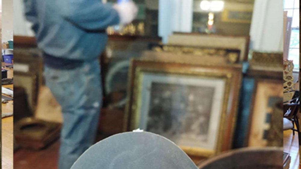 ডেভিড জে হুইটকম্ব নামে ওই আইনজীবী নিজের অফিস করার জন্য জেনেভায় একটি পুরনো বাড়ি কিনেছিলেন। সেই পুরনো বাড়িতেই 'গুপ্তধন'-এর খোঁজ পান তিনি।