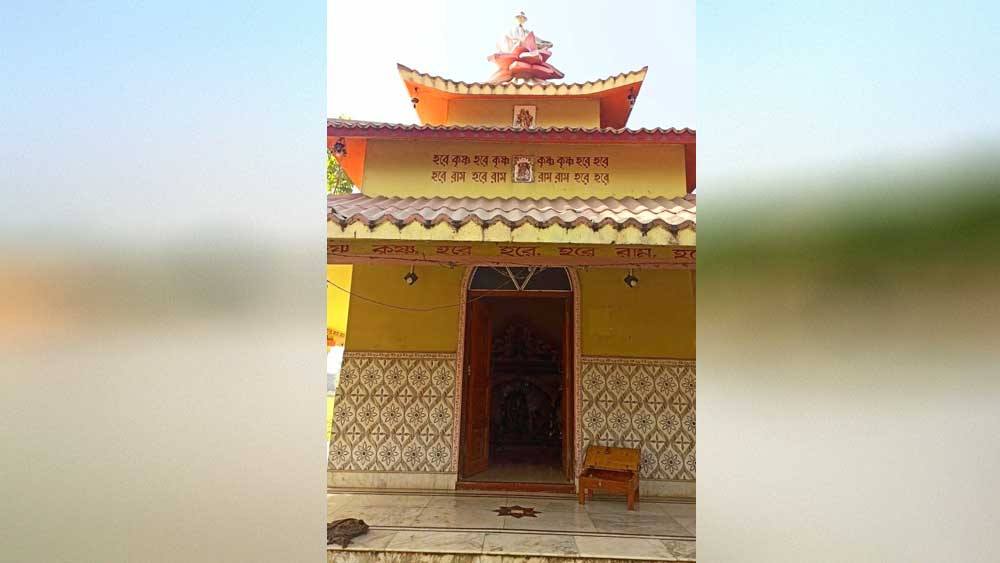 চুরি হয়েছে এই রাধামাধব মন্দিরে। নৃসিংহপুরে। নিজস্ব চিত্র।