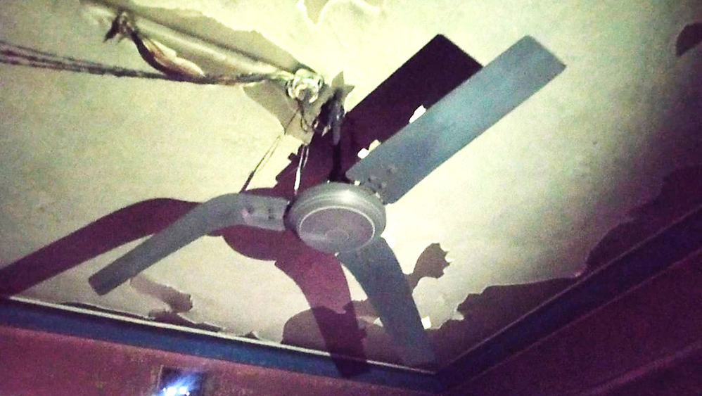 অঘটন: আগুনের তাপে বেঁকে গিয়েছে সিলিং ফ্যানের ব্লেড। সোমবার, হাওড়ার ঠাকুর রামকৃষ্ণ লেনে। নিজস্ব চিত্র