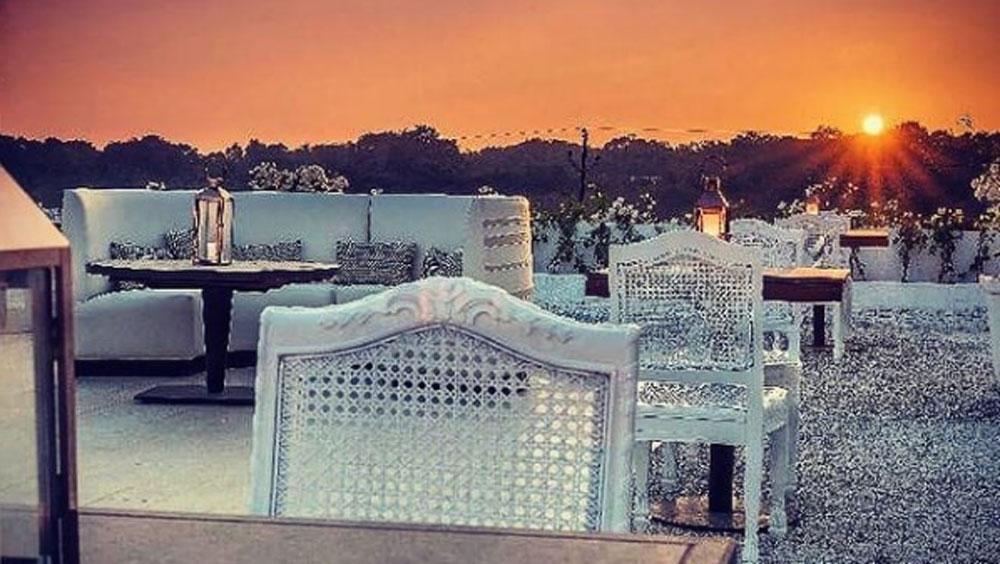 মুম্বই থেকে ১২০ কিলোমিটার দক্ষিণে রয়েছে রিসর্টটি। রিসর্টের নাম 'দ্য ম্যানসন হাউস'। দারুণ সূর্যাস্ত দেখা যায় এই রিসর্ট থেকে।