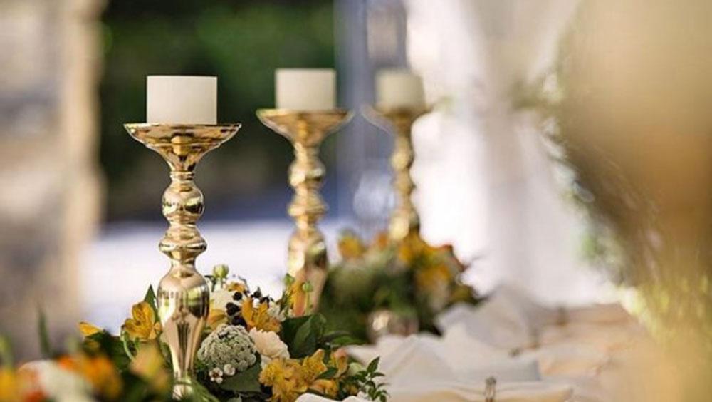 নানা রঙের তাজা ফুল দিয়ে সেজে উঠেছে 'দ্য ম্যানসন হাউস'। ফুলের তালিকায় রয়েছে গোলাপ থেকে রংবেরঙের অর্কিডও।