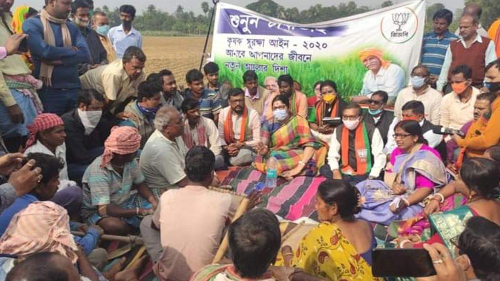 সিঙ্গুরের মাঠে কৃষকদের নিয়ে 'চাটাই বৈঠক' লকেটের।