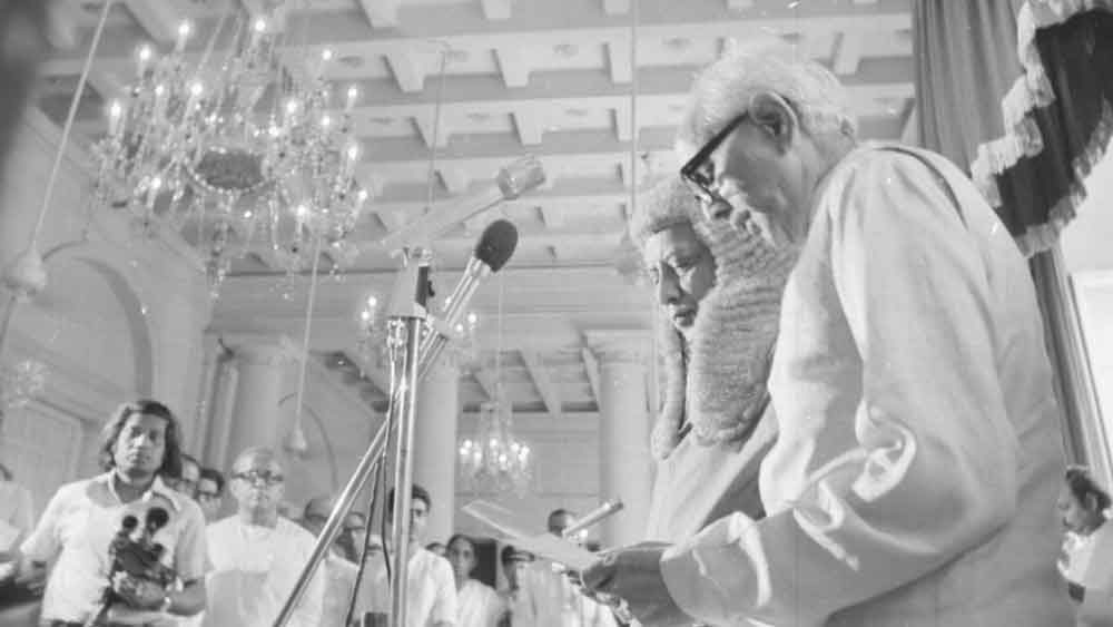১৯৭৭। মুখ্যমন্ত্রী পদে শপথ জ্যোতি বসুর।