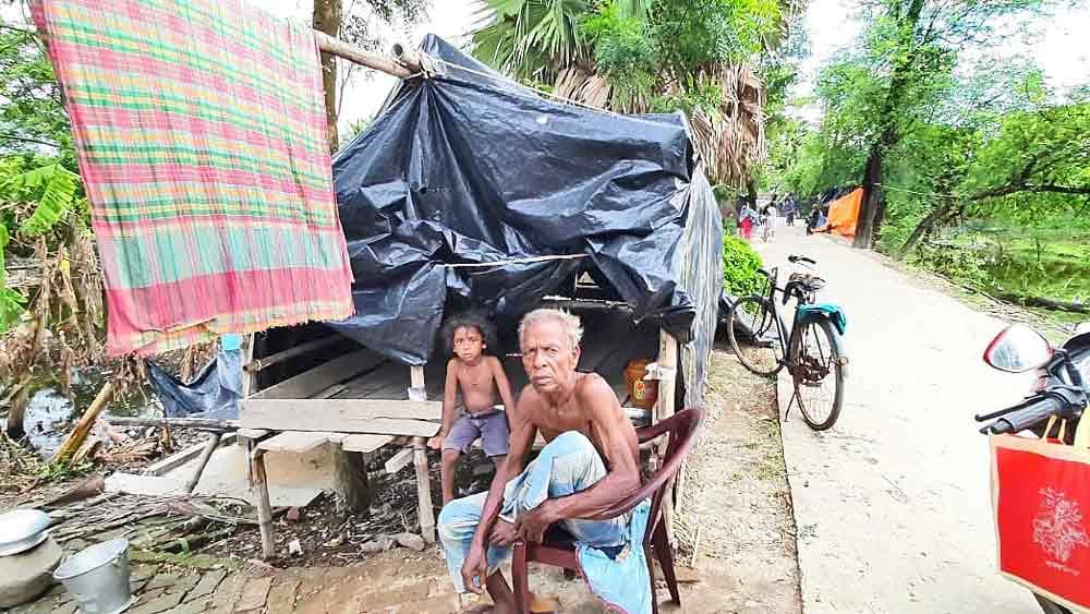 অসহায়: ক্ষতিপূরণ মেলেনি, তাঁবুতে চলছে সংসার। হিঙ্গলগঞ্জের টিনপাড়া এলাকায়।