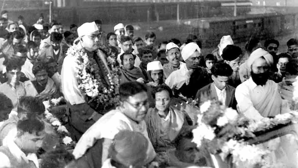 বঙ্গনেতা: সুভাষচন্দ্র বসু, হরিপুরা কংগ্রেসে জাতীয় সভাপতি নির্বাচিত হওয়ার পর, ১৯৩৮। দলের কেন্দ্রীয় সিদ্ধান্তের শিকার হবেন তিনি, পরের বছর।