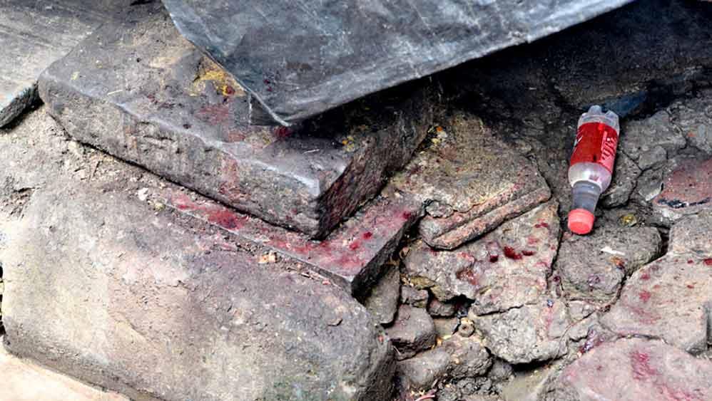 ফুটপাতের উপরে পাথরে লেগে রক্ত। বুধবার, বি কে পাল অ্যাভিনিউয়ে। নিজস্ব চিত্র