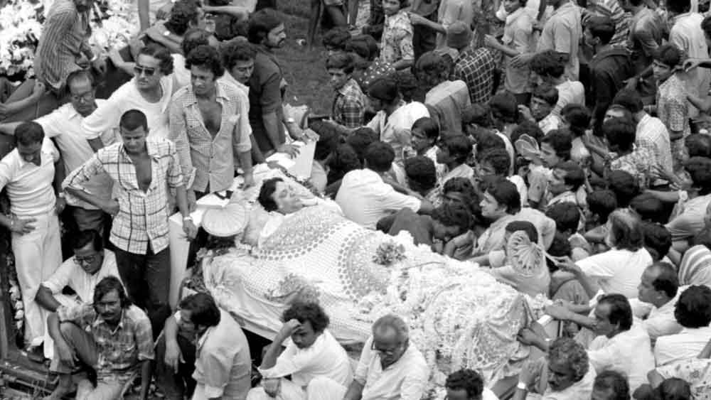 না! মহানায়কের আর বুড়ো হয়ে ওঠা হয়নি। মাত্র ৫৩ বছর বয়সে 'ওগো বধু সুন্দরী' ছবির শ্যুটিং চলাকালীনই তাঁর স্ট্রোক হয়। বেলভিউ হাসপাতালে চিকিৎসাধীন ছিলেন তিনি। চিকিৎসকদের প্রাণপণ চেষ্টার পরও তাঁকে বাঁচানো যায়নি। ১৯৮০ সালের ২৪ জুলাই রাতে তাঁর মৃত্যু হয়।