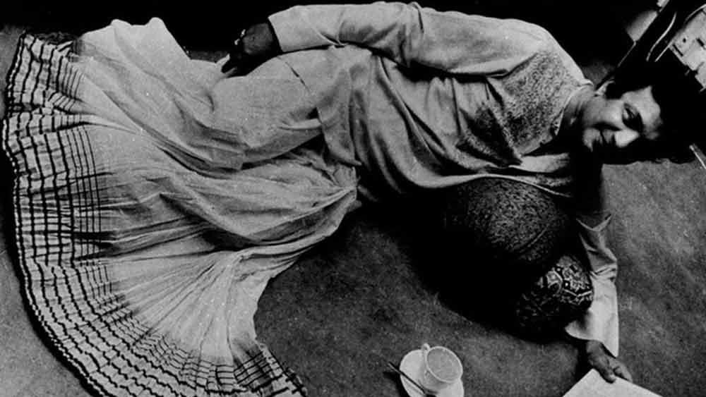 থিয়েটার করতে করতেই স্টুডিয়োপাড়ায় ডাক এল। ১৯৪৮-এর ছবি 'দৃষ্টিদান'-ই তাঁর অভিনীত প্রথম ছবি। কিন্তু শিকে ছিঁড়ল না একেবারেই। বরং তকমা জুটল 'ফ্লপ মাস্টার'-এর।