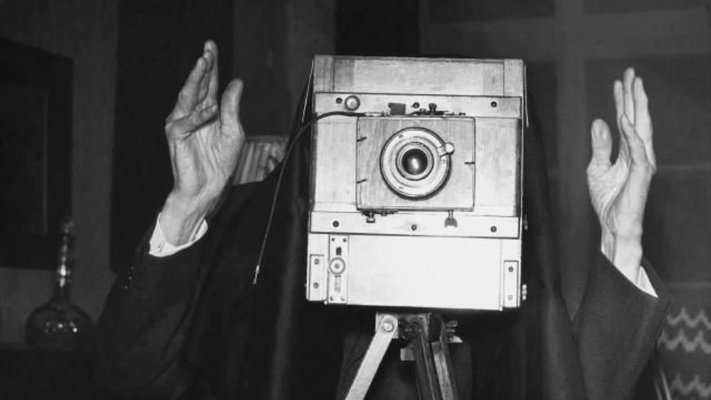 ফ্রেমে বাঁধানো ছবিটির নীচে লেখা, 'বিশ্বের প্রথম আলোকচিত্র যেখানে আলাদা করে আলোর ব্যবহার করা হয়েছে, ১৮৩৯।'