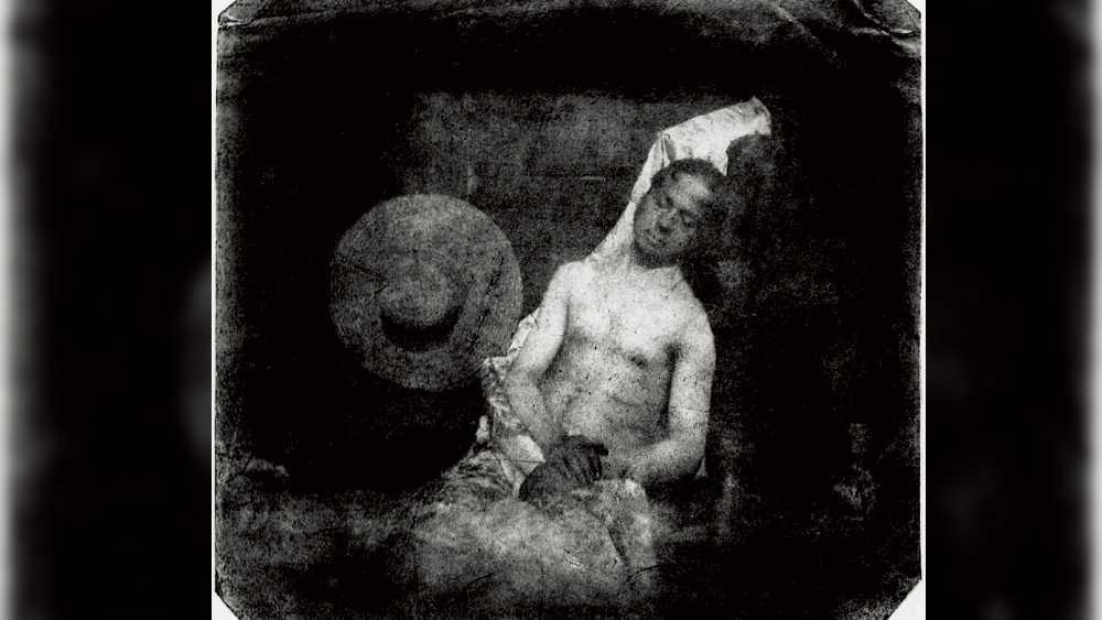 বায়ার্ড মৃত মানুষের নিজস্বী তোলেন অ্যাকাডেমির বিরুদ্ধে প্রতিবাদ জানাতেই। ছবিতে তাঁকে দেখা যায় জলের মধ্যে ডুবন্ত অবস্থায়। তাঁর হাত পায়ের কিছু অংশে পচন ধরে সাদা হয়ে উঠেছে। বিবরণে বায়ার্ড লেখেন, 'ছবির শবদেহটি মিস্টার বায়ার্ডের। যিনি ছবি তোলার এক বিশেষ প্রক্রিয়ার আবিষ্কারক, যা এই ছবিতেই দেখা যাচ্ছে।  সরকার অবশ্য তাঁর তিন বছরেরে দীর্ঘ গবেষণাকে গুরুত্ব দেওয়ার প্রয়োজন বোধ করেনি। তাই তিনি নিজেকে ডুবিয়ে মেরেছেন। আশ্চর্যের বিষয় হল ওঁর দেহের কোনও দাবিদারও নেই। তাই ভদ্রমহোদয়রা পচা গন্ধ এড়াতে দ্রুত এগিয়ে যান।'
